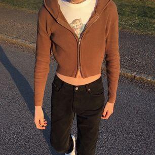 Jättefin Brandy Melville arden hoodie i brun, kommer tyvärr inte till användning längre. Den är i relativt fint skick. Frakt tillkommer