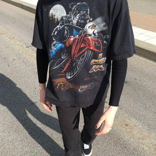 Säljer denna sjukt coola vintage t-shirt som är vintage från 90-talet. Fint vintage grunge skick. Passar verkligen till allt. Frakt tillkommer