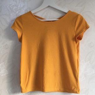 Söt t-Shirt, såååå fin vid ryggen (se bild 3)🌸 barnstorlek (146-152) men passar mig som är en liten XS. Köparen står för frakt.