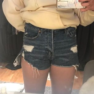 Blåa jeansshorts från H&M i storlek 40, jag är vanligtvis en storlek 38 men H&Ms storlekar är lite små så skulle säga att shortsen passar på storlek 36-40 ungefär. En liten reva vid fickan men personligen så tycker jag det är rätt snyggt☺️