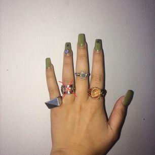 40kr (silvrig ring), 50kr (⛔️SÅLD⛔️), 30kr (justerbar, med gullig blomma o annan dekor), 150kr (polerat silver, antik ring köpt i vintage-affär, föreställer en groda o näckros gjord av olika polerade stenar. nypris: 279kr)