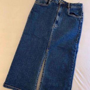 Jättesnygg jeanskjol från ZARA med slits där framme. Väldigt stretchig och skönt material. Storlek XS. Två fickor där bak. Sitter jättefint på! 💕