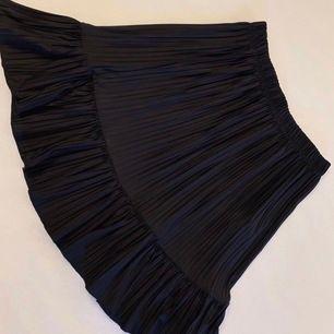 Jättefin och skön kjol från ZARA i storlek XS. Skönt material! Använd endast en gång. Pris: 150kr eller högst bud! 💕