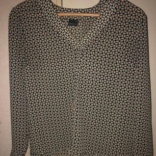Jättefin v-ringad tröja med en liten slitt vid handleden även mönster säljs då de inte är min stil eller kommer till användning, frakt tillkommer🥰