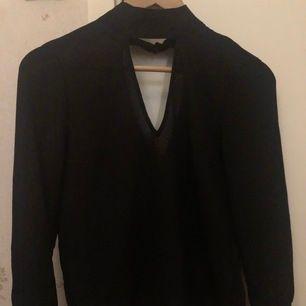 Finare tröja å klä upp v-ringad fram och bak knappar vid handleden, frakt tillkommer🥰