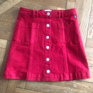 Aldrig använd röd jeanskjol från märket Nümph i strl 36. Nyskick, säljs pga. för liten. Köparen står för frakten.