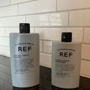Populär hårvård med bra recensioner. 90% kvar i flaskorna. Endast testade men säljer pga känslig mot parfymerade produkter. Veganskt.  Schampo 285ml, balsam 245ml. Nypris ca 400kr.   Skickar spårbart (63kr) 💌