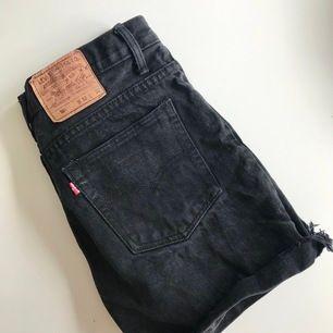 Högmidjade urtvättade svarta Levis 501 shorts jag klippt av själv. Går att vika ner så de går till låren. W32 men små i storlek, passar stor small eller medium