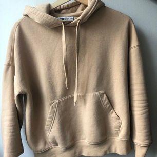 Mycket fin hoodie med fin passform, är i XXS men oversized så skulle säga mer S. Nopprig men fixas snabbt med en rakhyvel 🤍