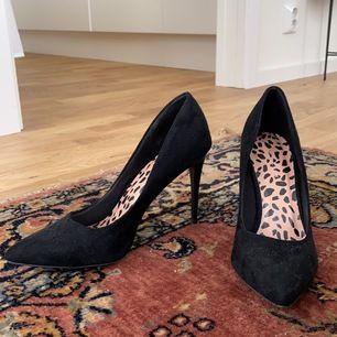 Oanvända svarta pumps från New look. Gissar att klacken är ca. 10 cm hög.