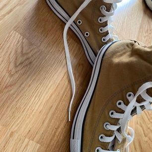 Beigea converse is storlek 6,5🍂🙈🤎 Använda men i bra skick bortsett från att ett av skosnörena är trasigt vilket man enkelt och billigt kan byta! Kolla gärna in min profil där jag säljer fler converse skor❤️Hör av er vid intresse!