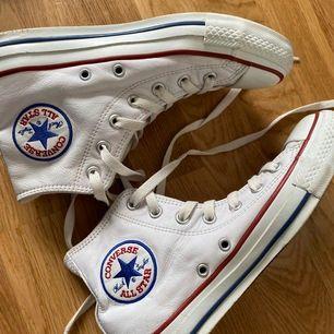 Skitcoola och unika converse skor i vitt läder, storlek 36🤍🧊❄️ De är använda men i bra skick. Kolla gärna in min profil för fler converse skor och hör gärna av er vid intresse!❤️🥰🥰