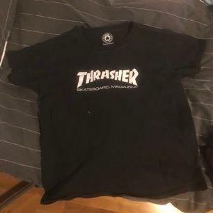 Bra skick svart trasher t-shirt. Relativt liten så passar på en XS/S.