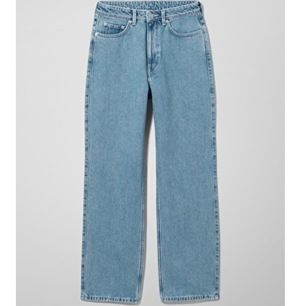 Rowe Extra High Straight Jeans - Weekday, stl 26/30, endast använda ett fåtal gånger pga fel storlek. +50kr frakt ||Högsta bud 210kr BUDGIVNINGEN SLUTAR IKVÄLL