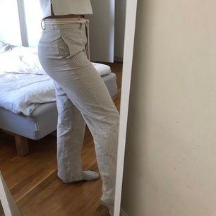 Säljer mina jättefina byxor från zara! Dom är raka och lite randiga så ser nästan ut som man Manchester byxor. De har en slits i slutet. Jag är 172 cm lång. Priset är 150 och storlek S. Frakten ligger på 42 men möts även upp i Stockholm.