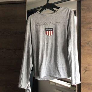 Säljer denna. Gråa gant tröjan från kidsbrandstore. Använt ett par gånger