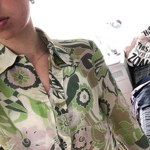 Grönblommig tunn blus från Blus&Blus men köpt på Humana🍀 | Superskön och perfekt till sommaroutfiten! | Finns ingen storlek men passar mig som har XS | Frakt tillkommer💗