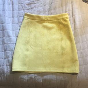 En gul kjol från Pull&bear i mocka- imitation. Köpt här på Plick fast aldrig använd av mig. Hör av er om ni har några frågor. (Den är lite för kort för min smak på mig som är 167 cm) 🥰  frakt tillkommer på 44 kr.
