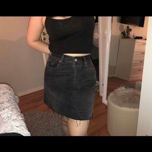 Säljer den här jätteeee fina jeans kjolen! Helt oanvänd och sitter jätte fint i midjan🧸 säljs eftersom den är för liten för mig💕