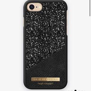 Söker detta svarta glittriga mobilskal från Ideal Of Sweden.