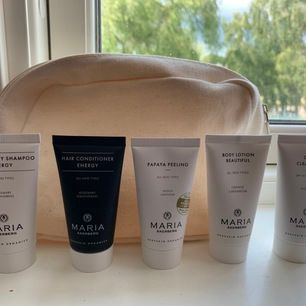 Produkter från Maria Åkerberg. Shampoo, balsam, peeling, body lotion, olive cleansing (se bild)💓 30ml. Produkterna kommer i en necessär och helt oanvända!
