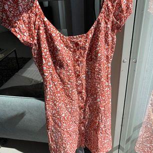 Röd och vit blommig helt slutsåld klänning från pull and bear. Säljer pga att jag aldrig använder den. Inte stretchig. Mycket bra skick. Buda!