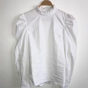 Jättefin vit skjorta med hög krage och spets från Object! Knäppning i ryggen. Säljer då den tyvärr ej kommit till användning. Köpt för 330 kr och endast använd en eller två gånger 💕