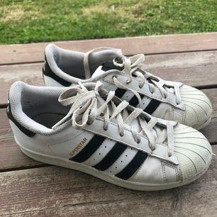 Adidas superstars, välanvända men bra skick. Köparen står för eventuellt frakt. 🌸