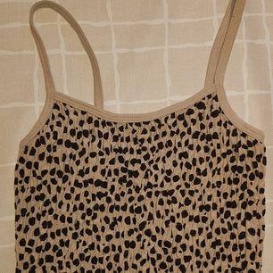 Prickigt linne från Gina Tricot, stl xs men stretchigt material så passar S. Köparen står för frakt 11 kr🥰 Pris går att diskutera🦋🦋