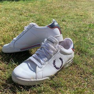 Stilrena vita Fred Perry skor. Sparsamt använda, mycket bra skick🥰Pris+Frakt