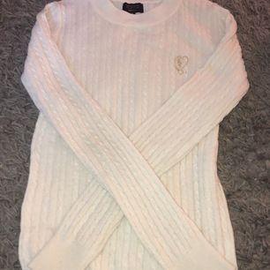 En flätad/stickad långärmad tröja från Gina trikot, inte använt mer än ca 5 gånger. Köpt i december 2019. Så alltså inte så gammal och är i fint skick.