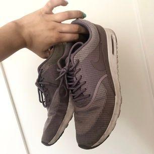 Ljus lila Nike air Max skor i modellen Thea! Så så fina. Det är strl 41 men de är stora i strl, jag har 40 vanligtvis och de passar som en vanlig 40!💞