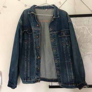 Super snygg vintage jeansjacka!! Storlek L, därför den sitter så oversize på mig😋😋💕 250kr+frakt. Kom med bud
