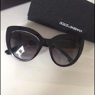 Säljer mina äkta solgalsögon från Dolce & Gabbana.Nypris 330.00 EURO (3860 SEK). Säljs för 1500 SEK. Köpta på Sunglass Hut i Palma, Mallorca i juli 2018. Använda 1 gång. Med andra ord nyskick. Äkthetsbevis i form av certifikat från Dolce & Gabbana.
