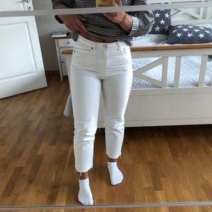 Supersnygga vita jeans från Zara. Storlek 36 men skulle säga att de även passar en 34 ( jag är vanligt vis en 36) Nypris 500. Köparen står för frakten (63kr)