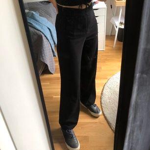Raka kostymbyxor från bikbok i storlek S