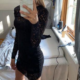 Fin svart klänning från ginatricot med öppen rygg