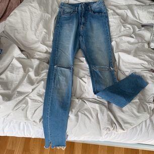 Skinna jeans från crocker i strl w28 L32 i bra skick passar även w27 då de är lite små för en w28