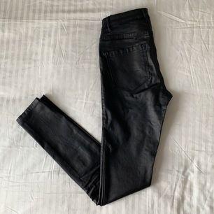 """Svarta byxor med fekjskinnslook från Only i storlek S/32"""". Väldigt bekväma, stretchiga byxor som liknar jeans. Fuskfickor framtill. Använda ett fåtal gånger.  Mina mått (cm) Längd: 178 Byst: 86 Midja: 66 Höft: 89 Innerben: 88"""