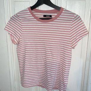 Rosa randig t-shirt från BikBok i storlek XS. Den är lite nopprig.