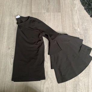 svart tröja från ginatricot med stora volang-ärmar. sydd på magen då det har varit ett litet hål, inget som syns mycket (se sista bilden) frakt tillkommer, nypris 199kr 🦋