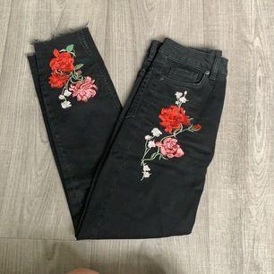 svarta momjeans med två broderade blommor på, hög midja. storlek 36, så bekväma! knappt använda. nypris 299kr, frakt tillkommer 🦋