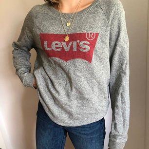 Asskön och lite oversized sweatshirt från Levis. Perfekt nu till svalare sommarkvällar! 110kr+frakt