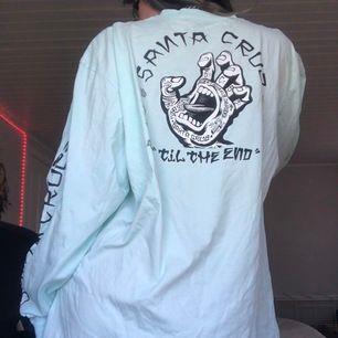 Ljusblå långtröja från Carlings/ Santa Cruz. Jag är 171 cm och den går precis ner under mina höfter.