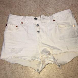 Vita levi's shorts med slitningar modell 501, säljes eftersom de är för stora🌸aldrig använda endast provade💫frakt är inräknat, pris kan dock diskuteras