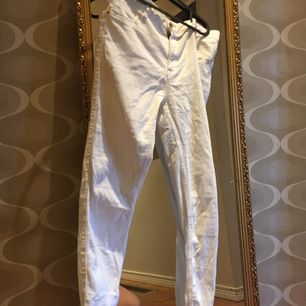 Ett par vita jeans i ganska så bra skick bara använda några gånger som nya. Lite genomskinliga men ser man upp med vad man använder så är det nog ok. 50 kr eller högsta bud.:) Molly jeans Gina.:)