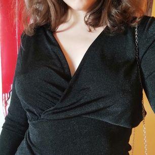 Svart/glittrig klänning från MISSÄY. Skit snygg fest klänning! Får inte användning för den och vill sälja :) står storlek S men den är väldigt stretchig så funkar på M med. Bekväm och tunn även till sommaren🌞 du= frakt. Bud om de många intresserade 💪❣️