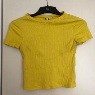 Perfekt topp till sommaren, passar jättebra in i dagens mode!! Jättestretchigt material så passar xxs-m! Den gula färgen är jättefin och toppen sitter så fint på!! 52kr inklusive frakt!!