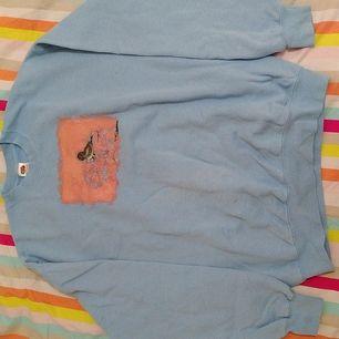 Blå fruit of the loom tröja i strl Large. Bommul med en fågel målad på i akryl.