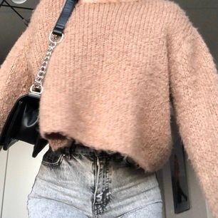 Beige stickad tröja från zara 🤩 älskar  verkligen men har en typ exakt likadan. Jättemjuk och mysig 🤍 frakt tillkommer på 44kr eller möts i stockholm!